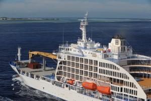 Aranui 5 cruises into Tahiti (1)